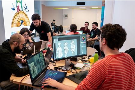 Jóvenes desarrolladores de videojuegos diseñando videojuegos culturales.